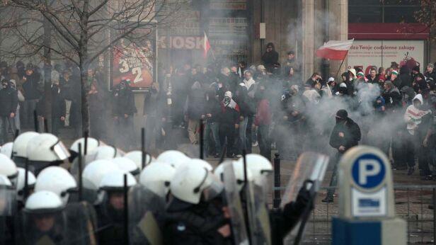 W czasie zamieszek na placu Konstytucji - fot. PAP/Leszek Szymański
