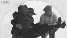 Ratownicy kładą ranną turystkę na sanie, 1942 (Narodowe Archiwum Cyfrowe)