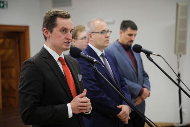 Konferencja wygranej komisji weryfikacyjnej Wojciech Olkuśnik / PAP