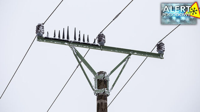 Skutki silnego wiatru. <br />Tysiące domów nadal bez prądu